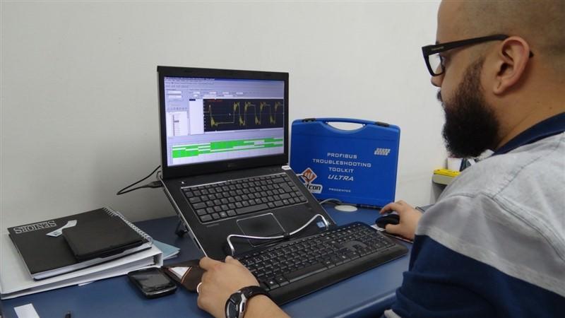 Ein Ingenieur von Westcon arbeitet mit ProfiTrace 2 an den Diagnoseberichten